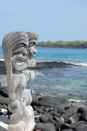 Ki'i standing watch over the Hale o Keawe