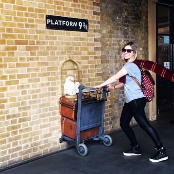 Amanda atravessando a Plataforma 9 ¾ em Londres.