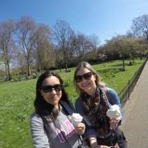 Angel e Amanda tomando sorvete no St. James Park