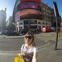 Amanda no Picadilly Circus em Londres