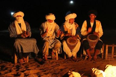 Berberes cantam em volta da fogueira.