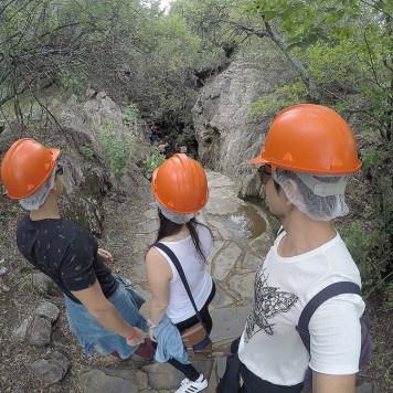 Rodrigo, Amanda e Ike na entrada da caverna.