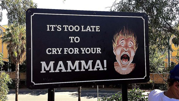 Placa escrito: It's too late to cry for your mamma!