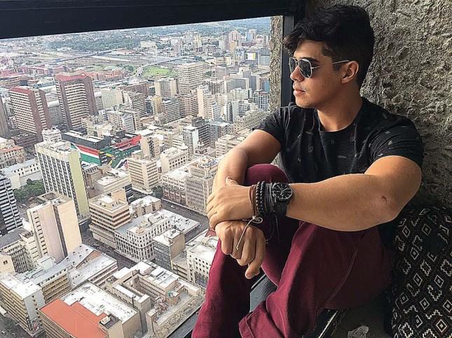 Rodrigo obersando a vista do Top of Africa, terraço do shopping popular Carlton Centre.