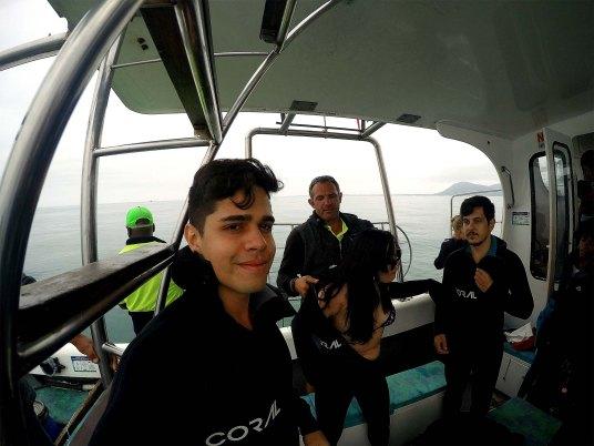Rodrigo, Bia e Ike vestindo a roupa de mergulho