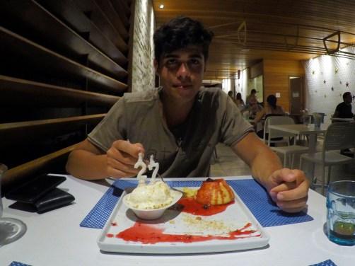 Rodrigo comendo um petit gateau no Restaurante Corveta em Fernando de Noronha.