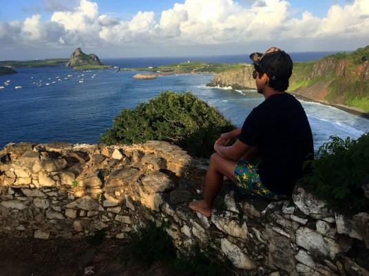 O Henrique observando a segunda maior ilha do arquipélado: a Ilha Rata.