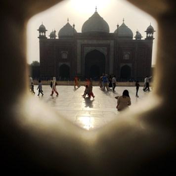 Vista de dentro do Taj Mahal para um de seus portões