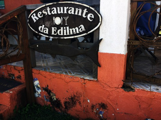 Placa na entrada do Restaurante da Edilma na Vila dos Remédios e Fernando de Noronha.