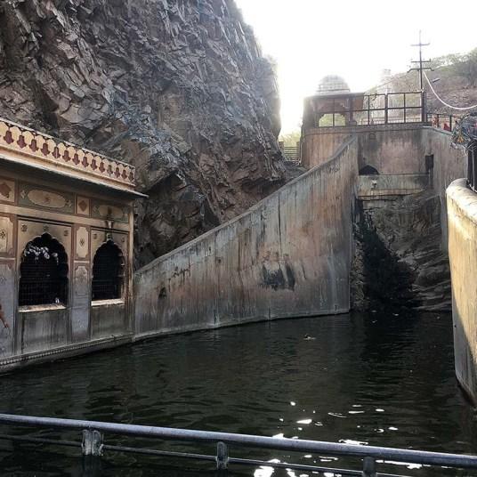 india_jaipur_monkey_temple_nao_e_caro_viajar_templo_dos_macacos_lago_sagrado