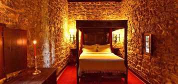 Quarto decoração medieval Pousada Castelo Óbidos