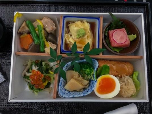 Mix de comida japonesa: JAL - Japan Airlines no avião 787-900