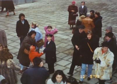 ミサが終わり、中庭に出てきたウィーン少年合唱団のメンバーと握手する母子