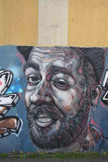 Wall of fame, o artista não sabendo o que pintar, retratou a pessoa que se encontrava ao seu lado