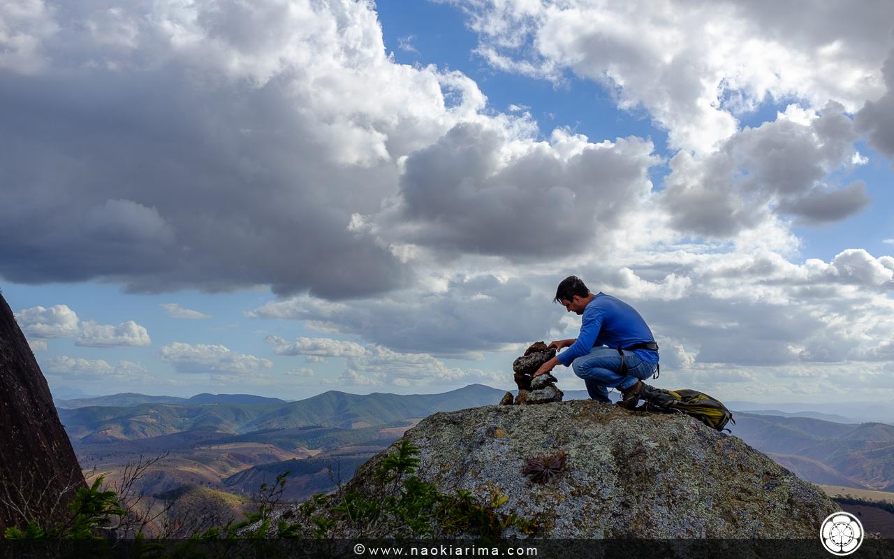 DuNada construindo o totem no cume da pedra.