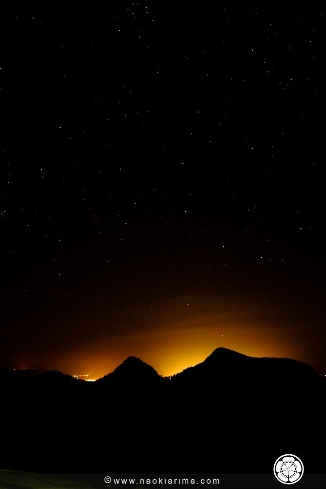 Noite estrelada. As luzes atrás das montanhas são de Baixo Guandú
