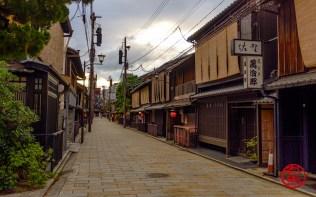 Rua deserta na região de Gion, Kyoto.
