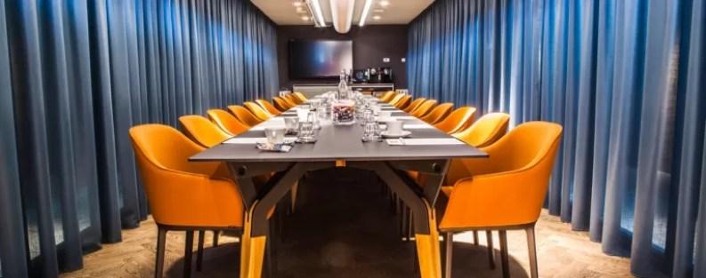A colorida e moderna sala de reuniões