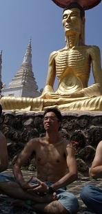 がりがりの仏さまと瞑想中