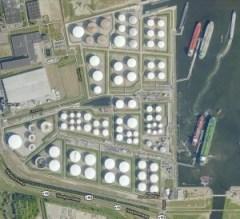 Oiltanking Amsterdam. Het grijze vierkante gebouw links is buurbedrijf Fetim / Foto: Google maps