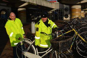 Gastheer Henk (l) en VOV-er Theo (r) verplaatsen een verkeerd geparkeerde fiets. (Foto: Boris Lemereis)