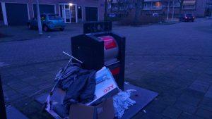 Zomaar wat afval bij een ondergrondse afvalcontainer (bron: Fabian de Bont)