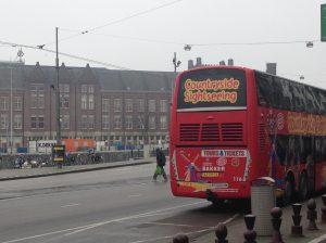 Touringcar voor Amsterdam Centraal Station (Bron: Alexandra van Ditmars)