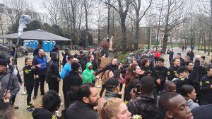 Kevin Hart moedigt een van de laatste binnenkomers aan in het Vondelpark