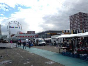 De markt voor de deur van het winkelcentrum