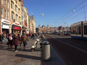 Het Damrak in Amsterdam (Foto: Jasper Bol).
