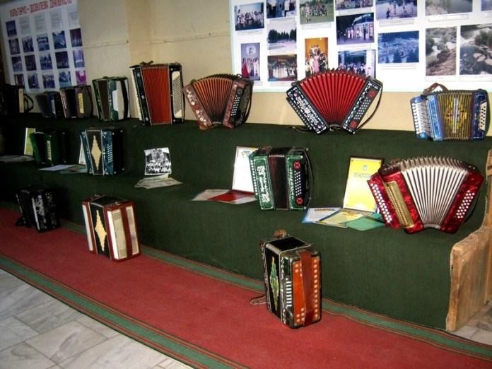 Пенсионер представил уникальную коллекцию гармоней