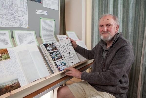 Пенсионеры мастерят из костей и читают миниатюрные книги