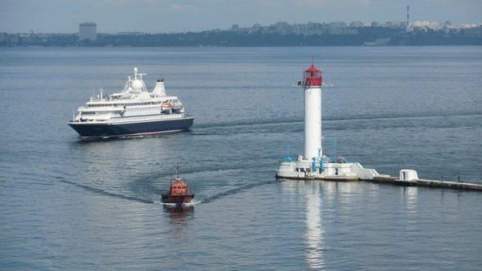 Круизный лайнер с туристами зашел в Одесский порт, впервые за два года