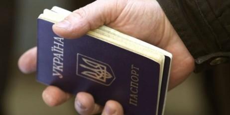 Чиновники попались на выдаче фальшивых документов для переселенцев