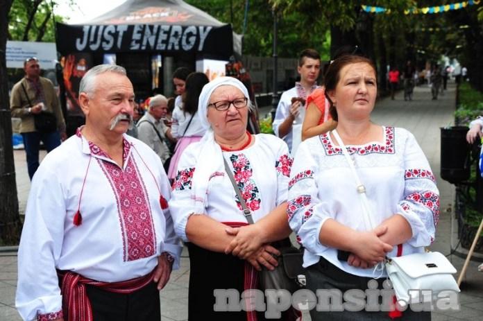 Одесские пенсионеры вышли на улицы в вышиванках (ФОТО)