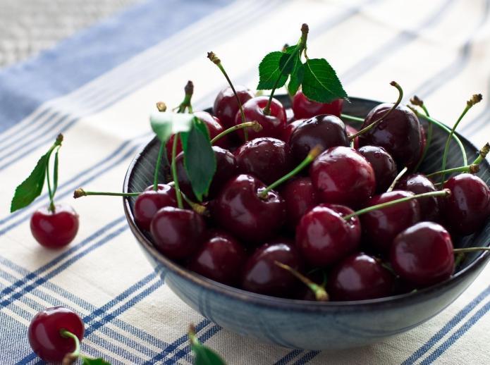 Названы цены на первую украинскую черешню и молодые овощи