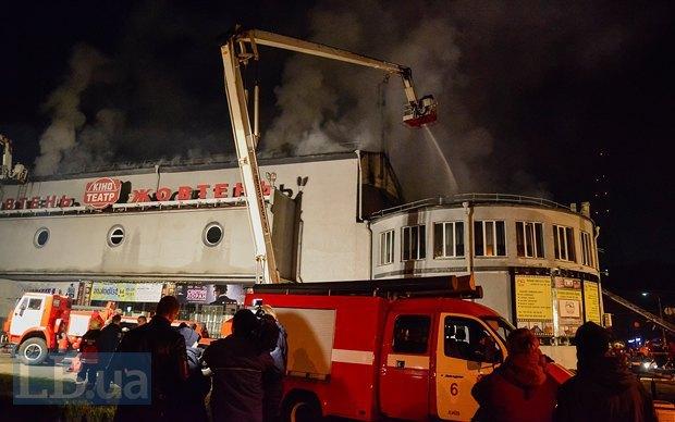 В Киеве сгорел самый старый кинотеатр «Жовтень» (ВИДЕО)