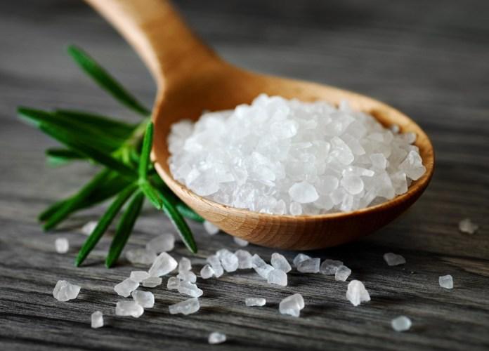 Медик назвала причини, чому не можна відмовлятися від солі