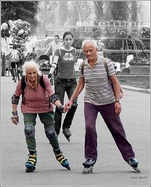 Черкасские пенсионеры отдыхают в парке на роликах и в купальниках (ФОТО)