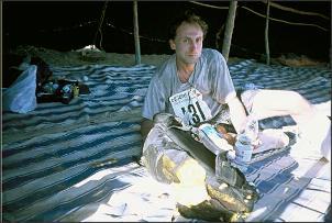 Stefan odpoczywa na jednym z punktów kontrolnych, fot. Stefan Stefański