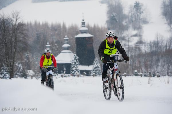 etap rowerowy i cerkiew łemkowska w tle