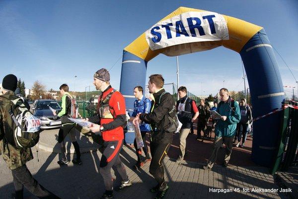 Start pieszej pięćdziesiątki - dystansu, który popularnością dorównuje pieszej setce. Foto Aleksander Jasik