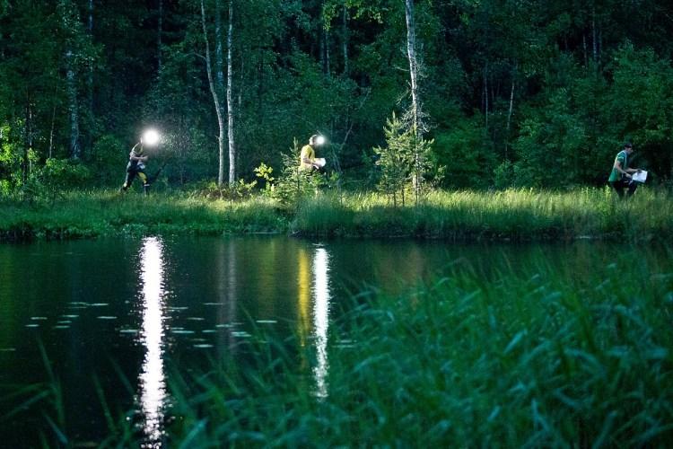 Teren, w którym uczestnicy poszukują punktów obfituje w skałki, jeziora, pagórki. Wszystko ukryte w lesie. Fot. Yle Urheilu