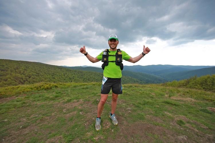 Tomek Komisarz zwyciężył w biegu na 140 km w Bieszczadach - Rzeźniku Ultra, zostawiając drugiego zawodnika o ok. godzinę za sobą. Fot. Rafał Bielawa