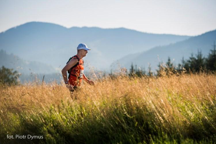 To ogromna radość móc zaprosić taką zgraję biegaczy na swoje ulubione ścieżki biegowe. Na zdjęciu - dwukrotny zwycięzca na dystansie 80+ Piotr Bętkowski. Fot. Piotr Dymus
