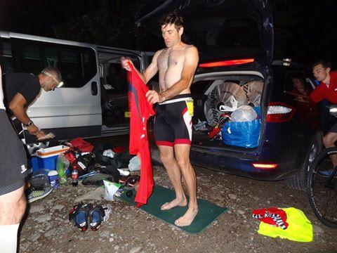 Artur Kurek w strefie zmian T2, po rowerze, po 1:30 w nocy. Fot. Materiały organizatora