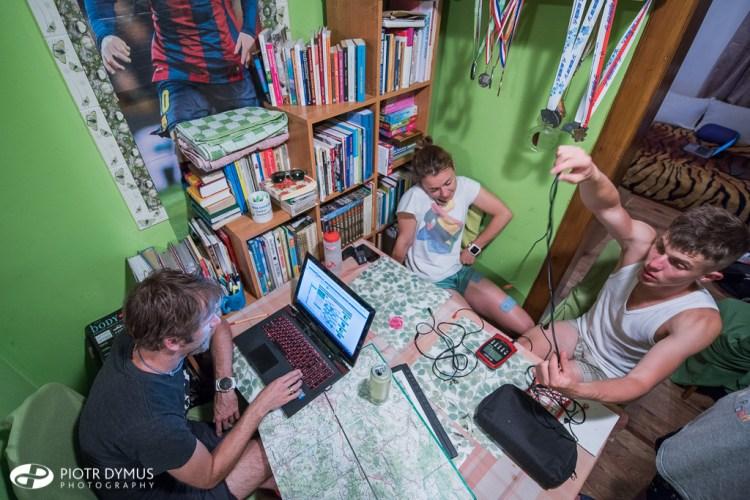 Planowanie. Jeden z długich wieczorów spędzonych nad mapą. Fot. Piotr Dymus