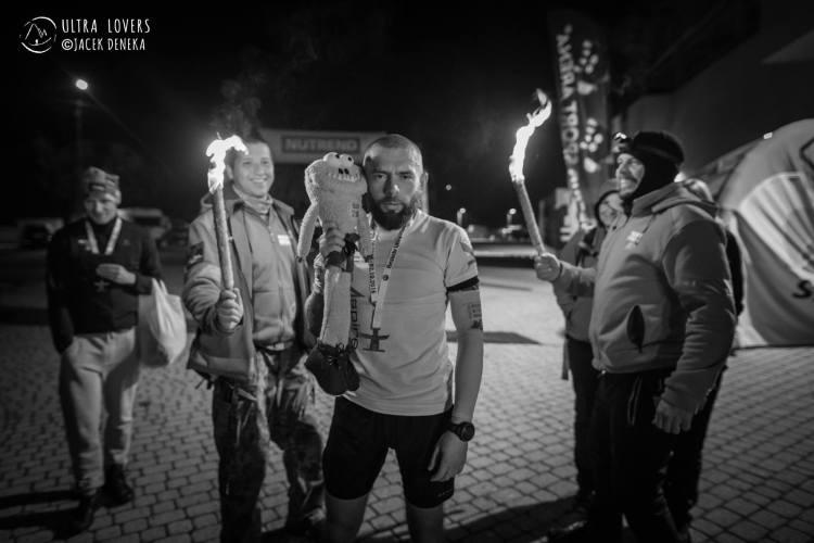 Kamil cieszy się ze zwycięstwa na trasie 260 km. Fot. Jacek Deneka/Ultralovers