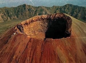 Lavoro, la protesta di 6 operai  nel cratere del Vesuvio