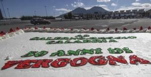 """Salerno-Reggio, 50 anni di lavori sulla torta c'è scritto """"vergogna"""""""
